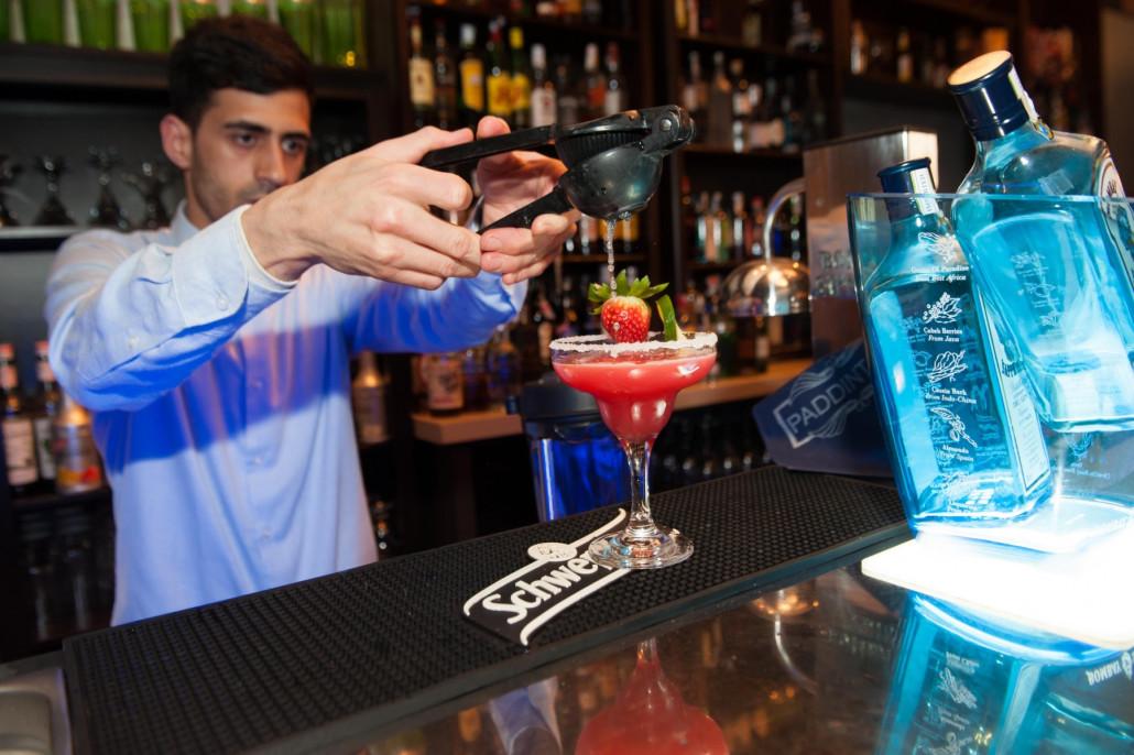 Preparando un cocktail al estilo frozen
